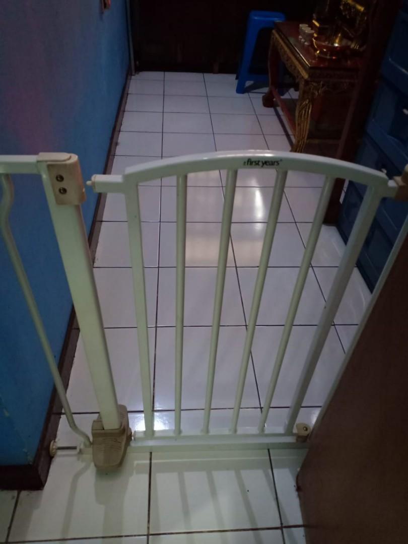 Hand free gate