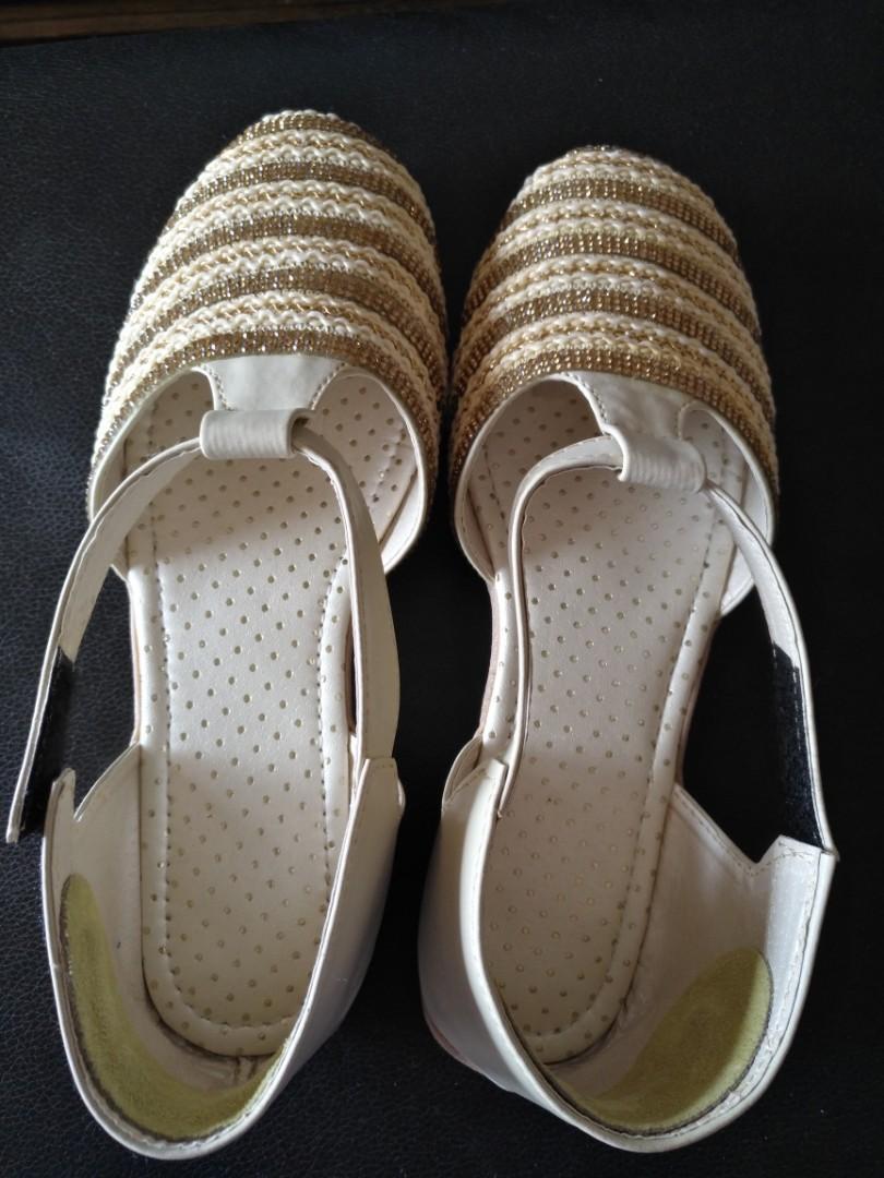 Ladies sandals.