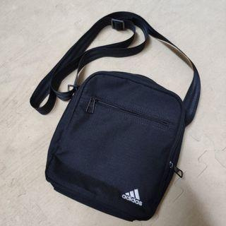 Adidas 包 小包 側背 刺繡 logo 黑 全黑 穿搭 輕便 旅遊 腰包