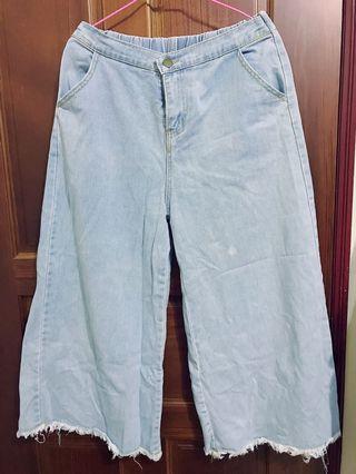 淺藍色牛仔寬褲