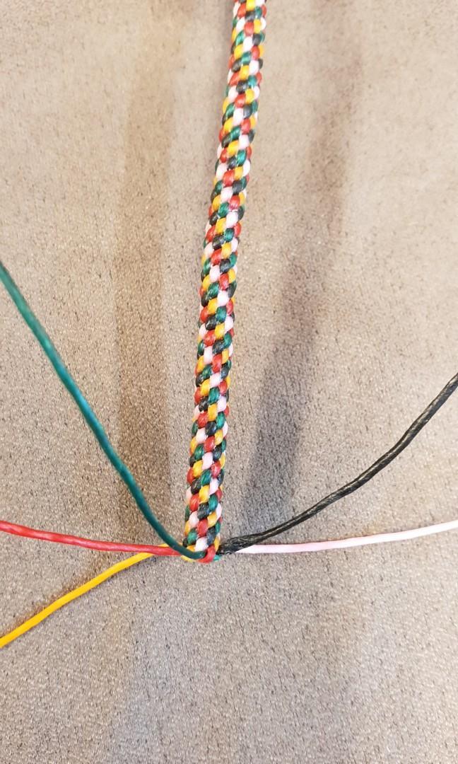純手工5色手環,補運避邪,純手工編織,依照五行相生原理金(白)水(黑)木(綠)火(紅)土(黃)的順序來編織,用結實的蠟線來編織,不怕水不易壞,越戴越亮越戴越好運~