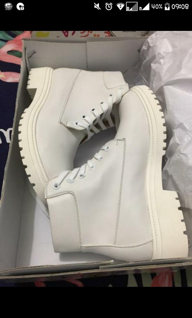 Sepatu White Boots