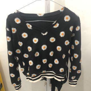 Sweater crop daisy