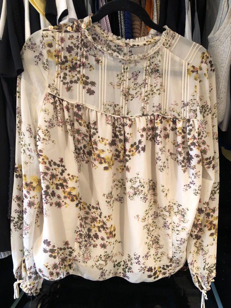 Aritzia Wilfred Lourdes blouse beige floral pattern Small