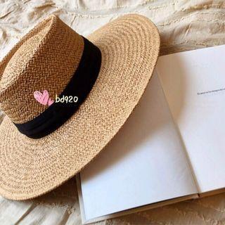 現貨💐高質感甜美歐美時尚莫蘭迪綠綁帶字母平頂小圓帽 草帽 草編手工編織草帽遮陽帽 防曬帽 夏天海邊 波西米亞渡假風帽子