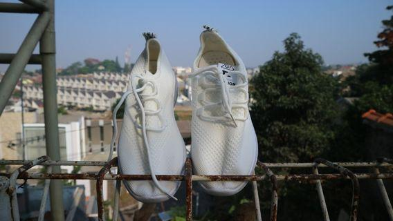 Sepatu rajut wanita putih