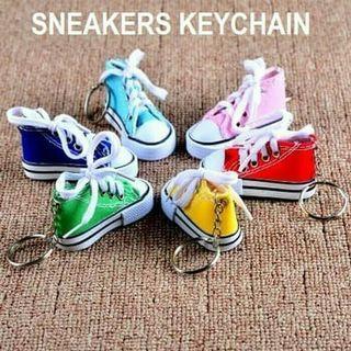 Gantungan kunci bentuk sepatu / sneakers keychain