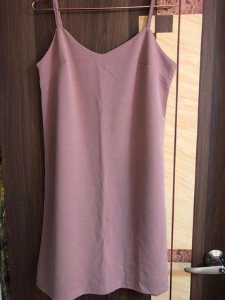 藕粉色吊帶裙