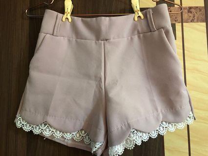 藕粉下擺蕾絲短褲
