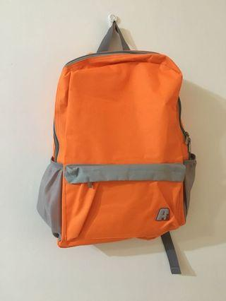 #五折清衣櫃  螢光橘後背包 材質防要點潑水