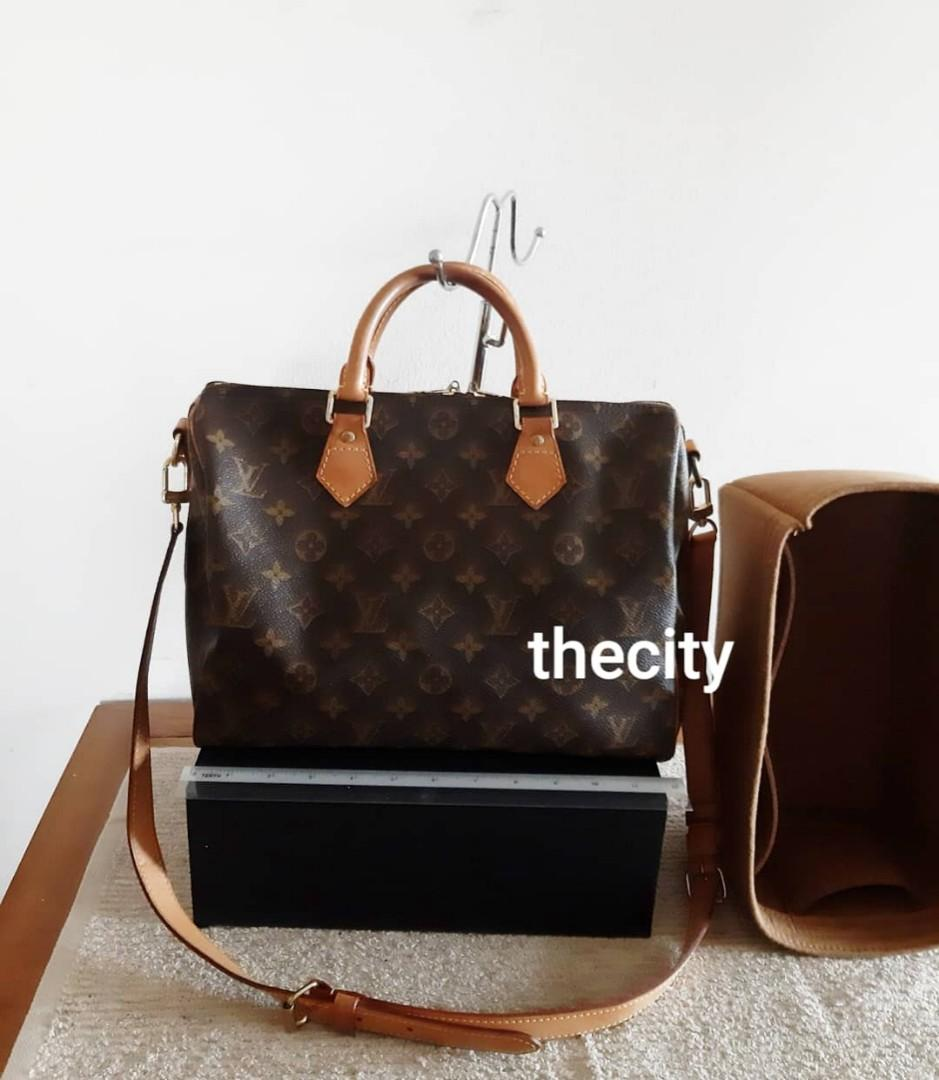 AUTHENTIC LOUIS VUITTON SPEEDY 30 BANDOULIERE- MONOGRAM LOGO CANVAS - COMES WITH ITS ORIGINAL LONG STRAP FOR CROSSBODY SLING - INCLUDES BRAND NEW BAG ORGANIZER INSERT - DIRT INSIDE CAN BE CLEANED AT BAG SPA / OR USE ORGANIZER INSERT -