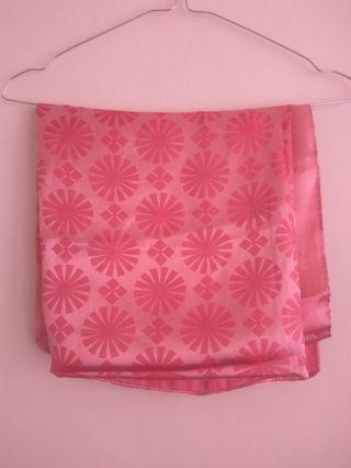 Jilbab Segiempat Pink Satin motif bunga