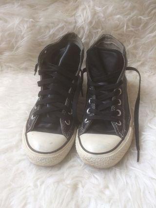 Sepatu Converse kulit