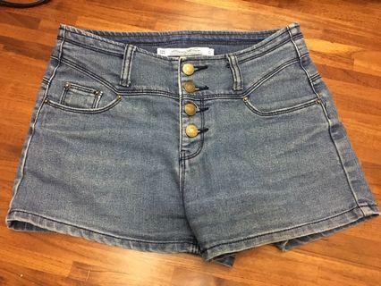 四排釦淺色牛仔短褲
