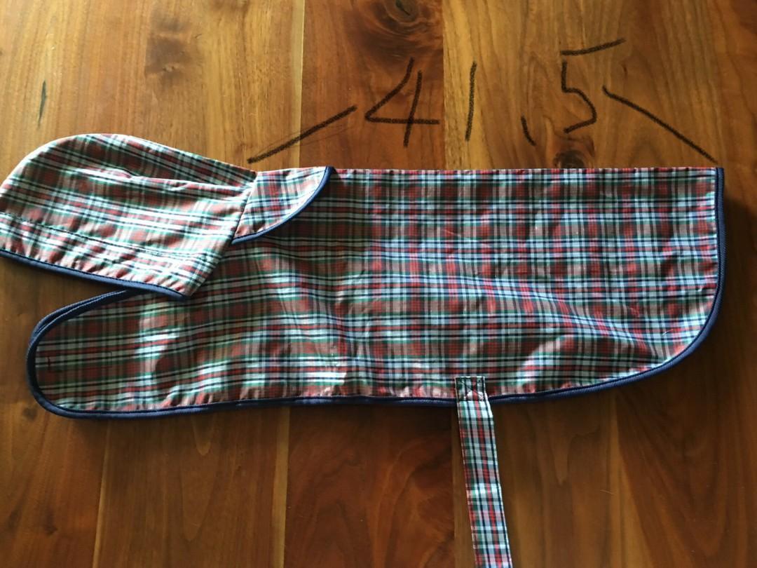 全新毛孩子雨衣,長41.5cm,寬42.5cm. 中小型狗適用。