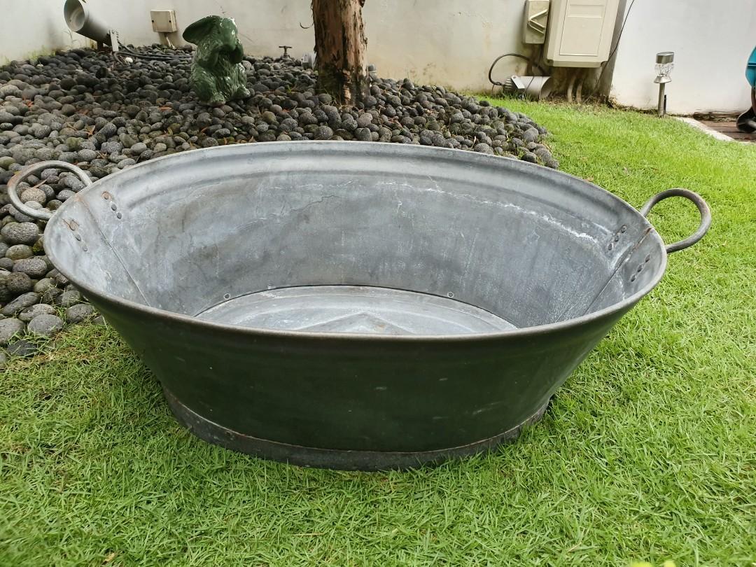 Vintage bath tub > 40 years. Excellent condition.