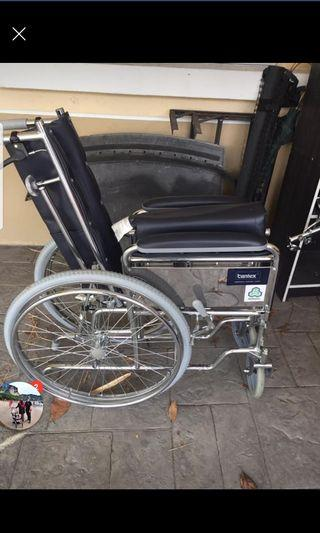 Reclined wheelchair bantex with cushioned footrest
