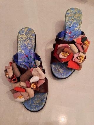 Macanna 麥坎納專櫃~ 百花綻放立體花朵 花彩系列~真皮 牛皮 山茶花 皮革 厚跟拖鞋 貴婦鞋 特殊炫彩花毯 刺繡 ~手作鞋面氣墊鞋