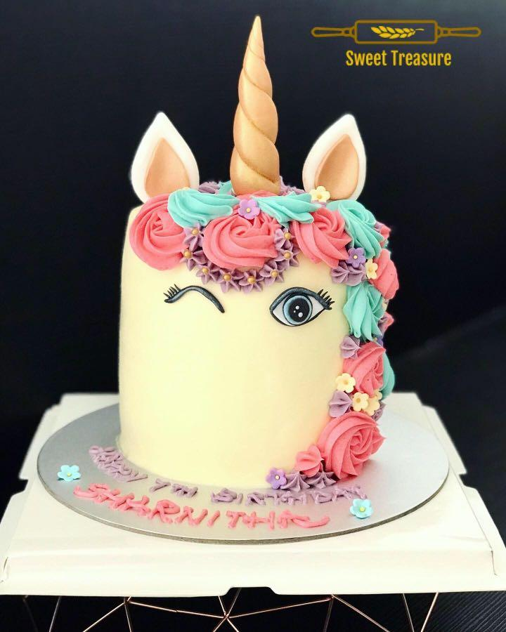 Blink eyes tall unicorn cake