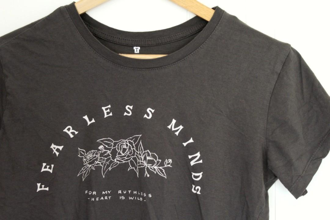 COTTON ON • RELAXED TEE • DARK GREY W/ ROSES 'FEARLESS MINDS'