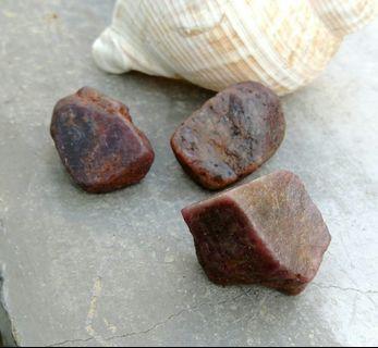 天然緬甸紅寶石原礦小擺件/天然紅寶石是玉石中最硬的剛玉寶石原礦,珍藏品特賣448元,3件一標出清
