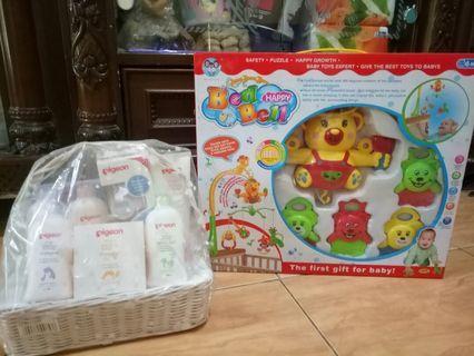 Mainan bayi gantung ranjang dan perlengkapan mandi dan botol bayi