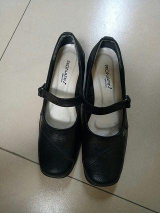 Pantofel hitam wanita