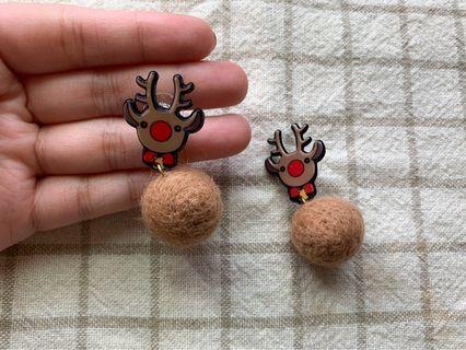 :: 超可愛麋鹿毛球耳環 ::