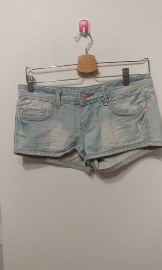 刷破 粉紅扣 牛仔短褲 近全新 版型好看
