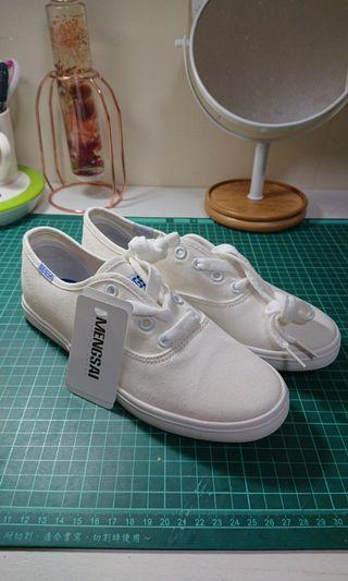 全新 平底小白鞋