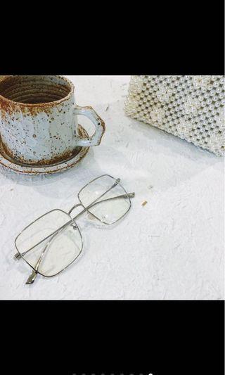 銀色金屬方框眼鏡