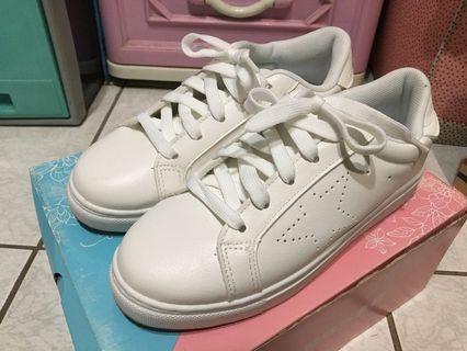 富發牌 星星壓孔小白鞋 休閒鞋 23