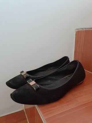 Sepatu hitam