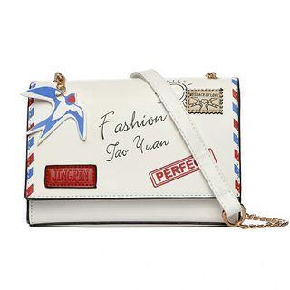 全新 時尚個性趣味塗鴉 肩背側背斜背 郵件信封 精緻小包 金色鏈條 白色