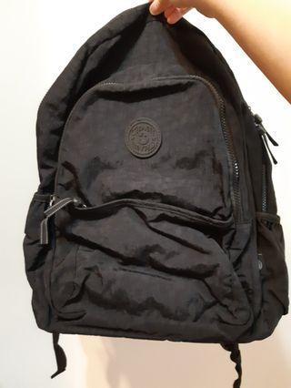 防水黑色後背包