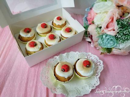 Marshmallow cream cheese cupcakes