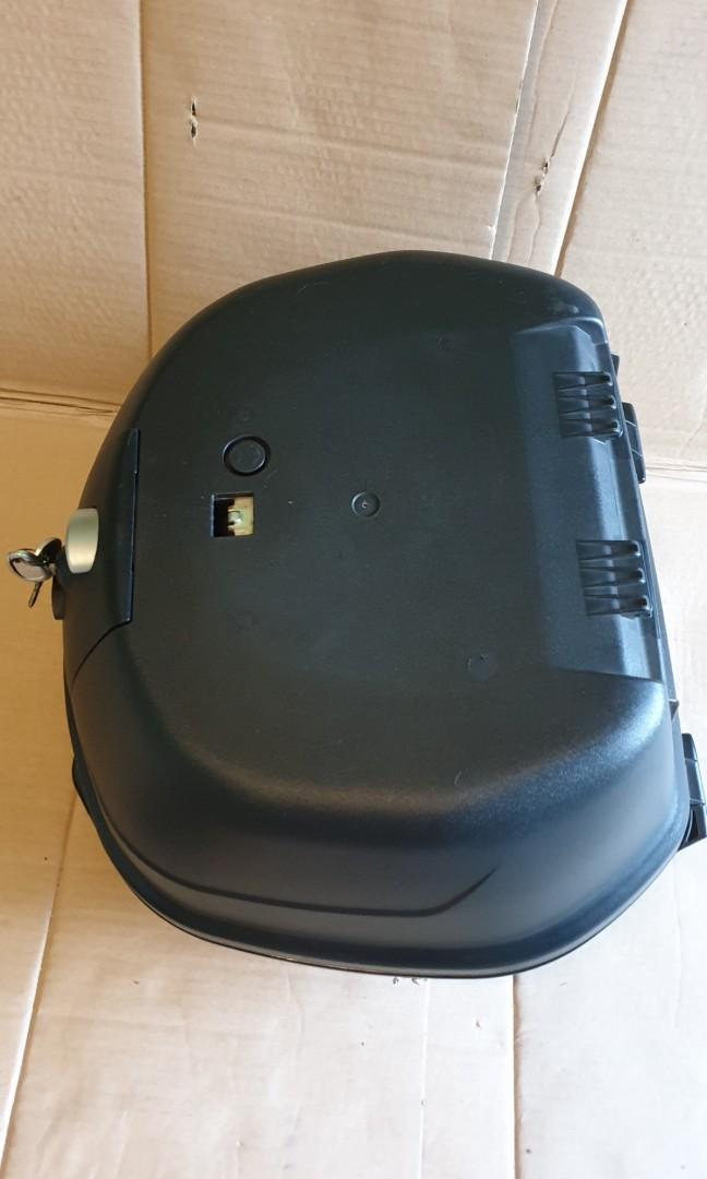 Givi Box B37 L come with base plate and screws