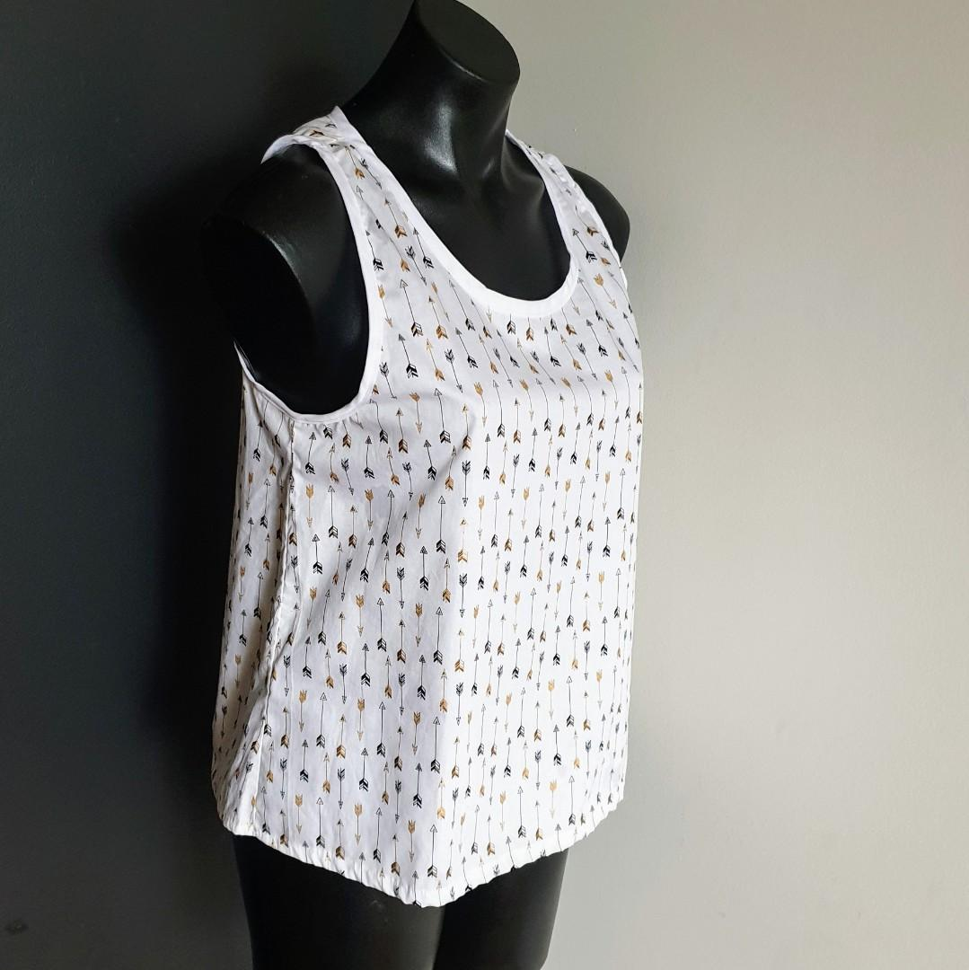 Women's size M Stunning white top with black and gold arrows - AS NEW