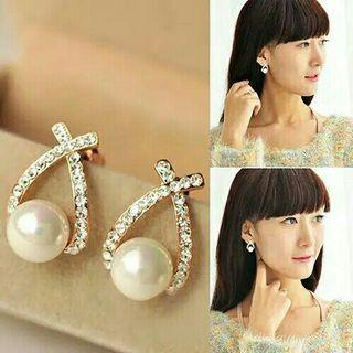 Anting tusuk golden triangle pearl