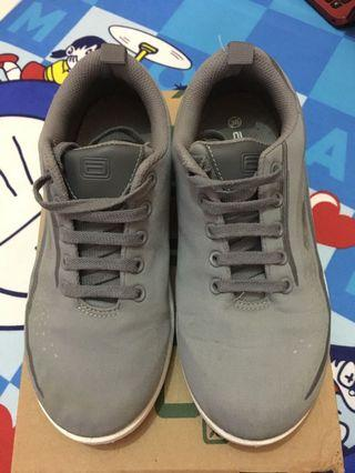 Sepatu sport abu-abu