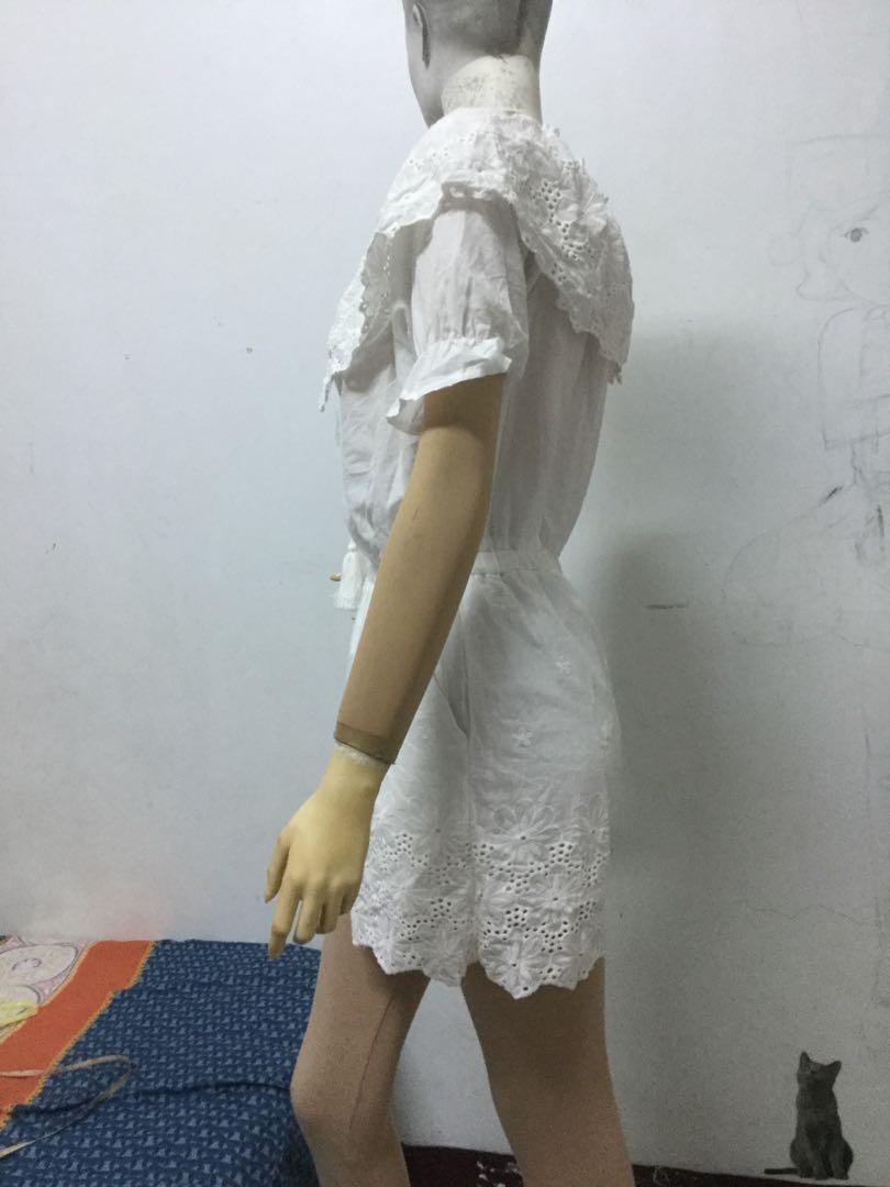 AIR SPACE 白色平口雕花短袖連身褲S號