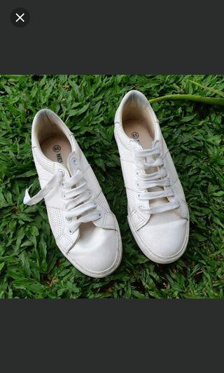 Sepatu kets nevada putih
