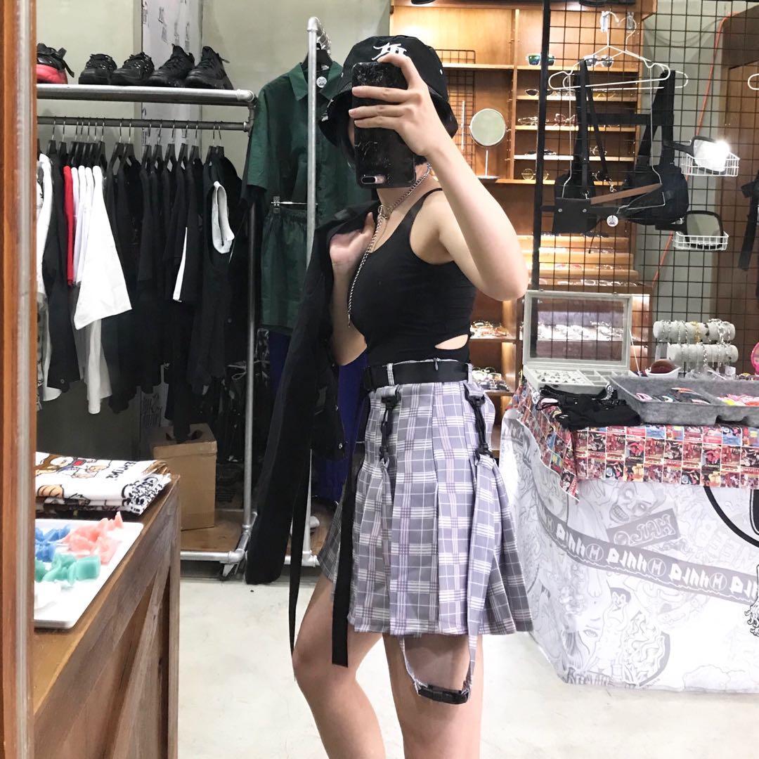 露背裸空造型襯墊背心/安全扣口袋造型短版工裝外套/附安全扣皮帶工裝格子百褶裙/