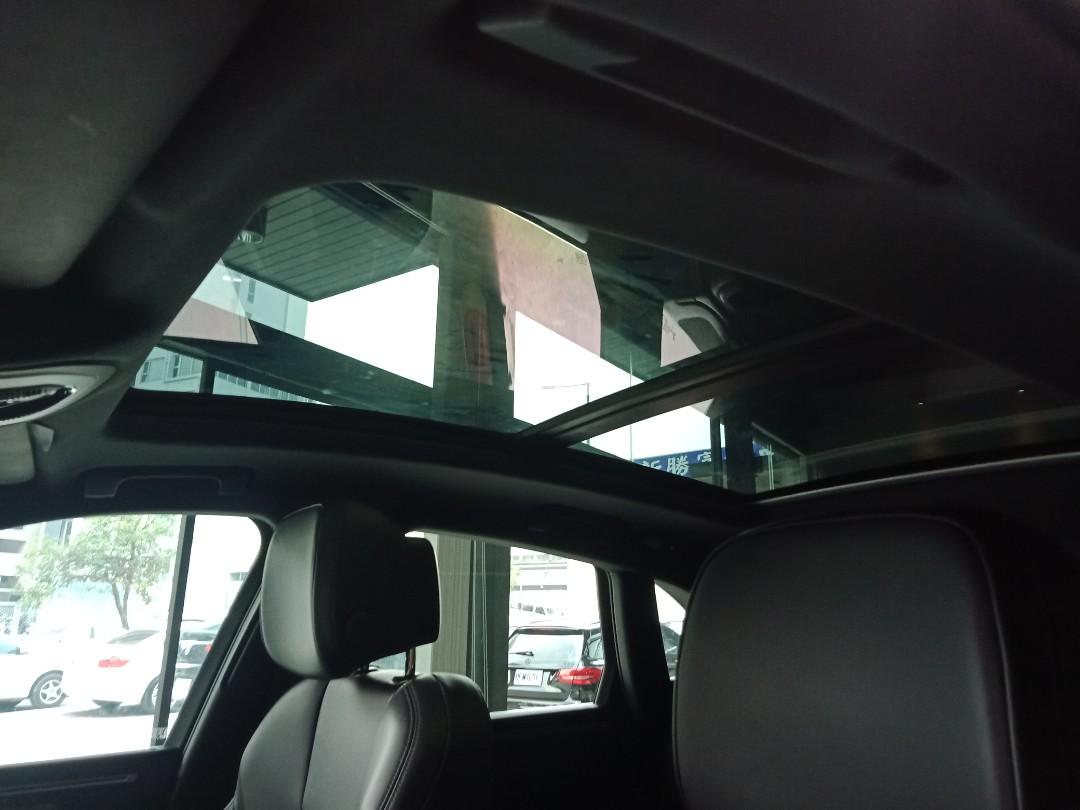 廠牌:Porsche 車款:Macan S           (永業 總代理) 里程:20641公里 2018年出廠 新車含選配:401.6萬 原廠保固中 原廠選配 : 全景式天窗 21吋 911Turbo Design 鋁圈 停車測距輔助系統(前後)含環景系統 車道維持輔助系統含變換車道輔助系統 手機 Car Play系統 18項電動椅 免鑰匙晶片系統 舒適照明套件 75公升油箱 自發光鋁合金車門檻(深銀色刷紋)