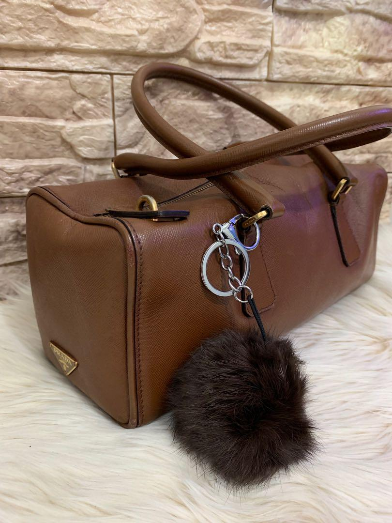 Tas tangan shoulder Prada authentic full leather 29 x 12 x 11 cm mulus 90% OK luar dalam cantik imut bonus bag charm muraahhhh