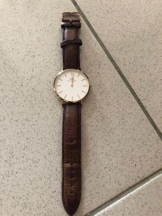 DW男生手錶,因工作不適合戴,9成新,原價近7千