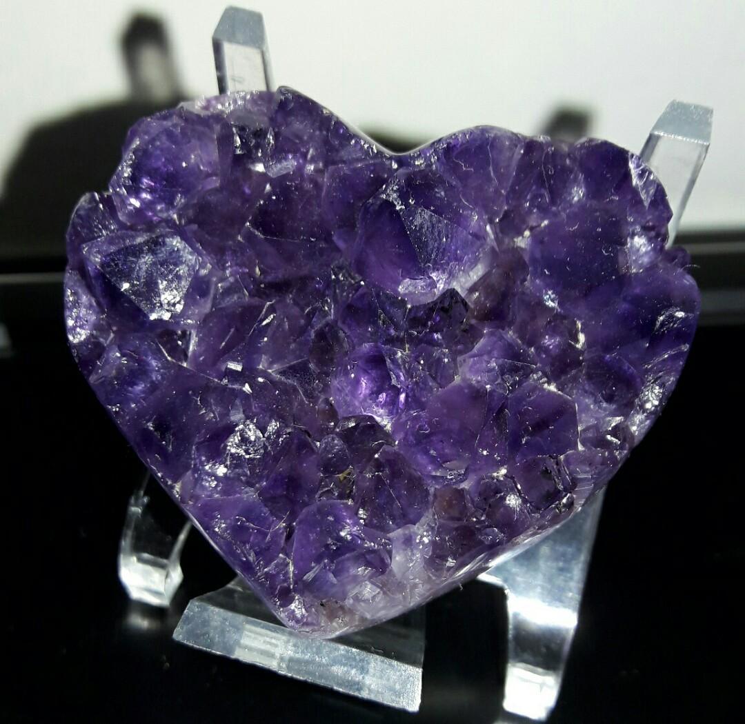 頂級烏拉圭愛心紫晶片,烏拉圭愛心紫晶片,烏拉圭愛心紫晶鎮,黑紫100公克,附壓克力架子