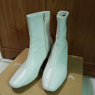 小方頭高筒跟鞋-米白