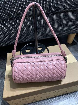 粉紅色編織圓筒小包/化妝包 背一次150$ 可以手提斜背肩背 長鏈條可以拆 6.1內手機放得下