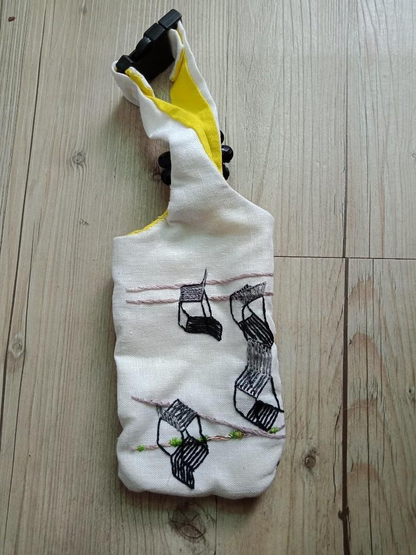搭扣式螢黄刺繡小物袋。。纯手工縫製,非機縫